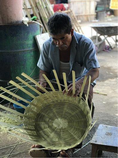 Mateo weaving a basket © Pilar Obeso