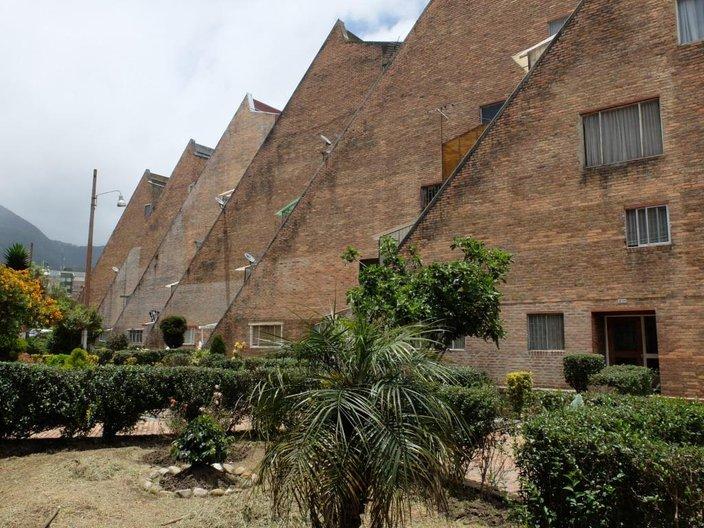 Staggered apartment blocks with 'delinquent' additions, Vivienda Jesus Maria Marulanda © Freya Cobbin