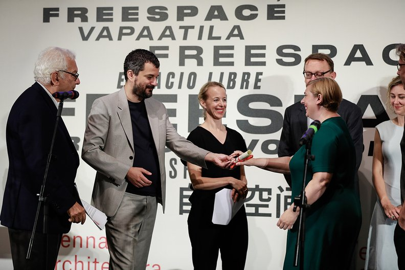 Sarah Mann, Commissioner of the British Pavilion, accepts the award of Spaecial Mention for the Golden Lion Jacopo Salvi, courtesy La Biennale di Venezia