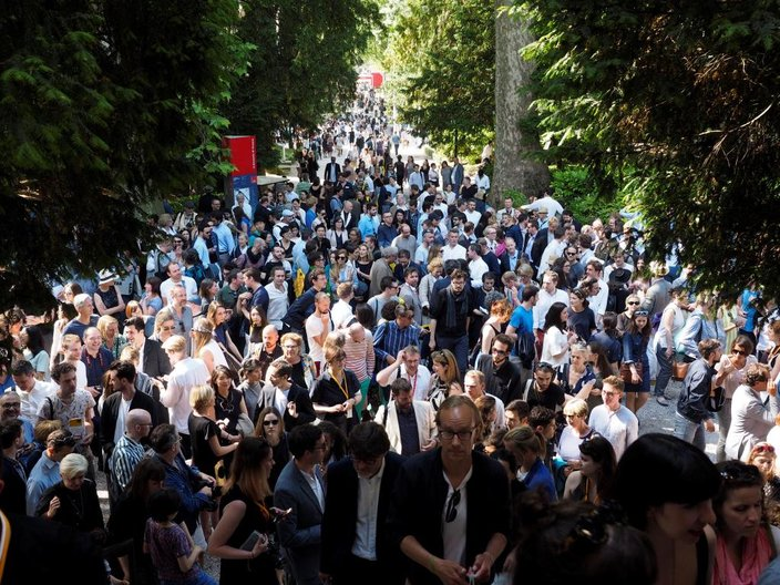 Crowds entering the British Pavilion at the official opening © Cristiano Corte