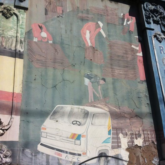 Mural on building in Salvador © Laura Georgina Smith