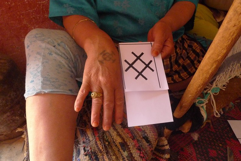 Weaver with tattoo symbol © Rebecca Hoyes