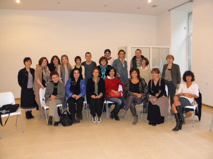Amy de la Haye and attendees of her fashion curation workshop