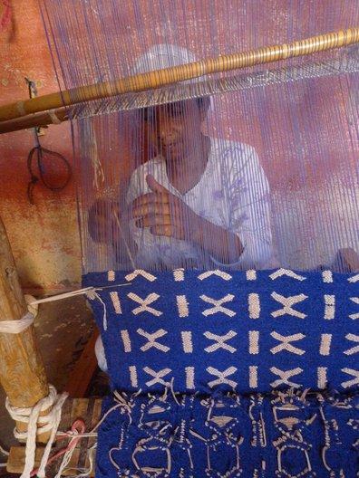 Weaving on loom © Rebecca Hoyes